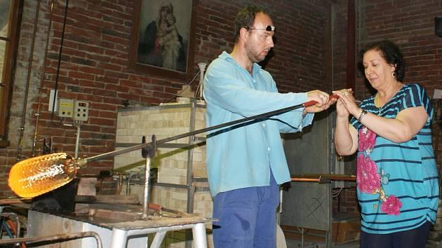 Velvyslankyně Maroka Souriya Otmani na začátku týdne zavítala také do lindavské sklárny Ajeto, kde si vyfoukla skleněný měšec.