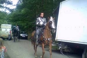Herec se chystá na natáčení další jezdecké scény