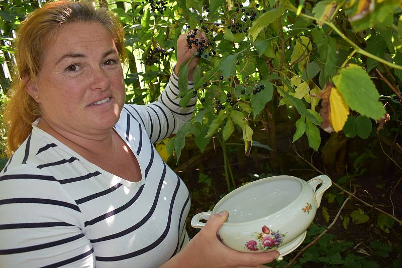 Michaela Bílková v zahradě chalupy v Blíževedlech u Úštěku, kde vaří marmelády.