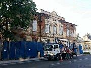 Situace okolo polorozbořené vily naproti novoborské Sokolovně značně přiostřuje.