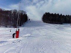 Dva kilometry sjezdových tratí jsou od páteční 14. hodiny k dispozici lyžařům ve Sportovním areálu Polevsko.