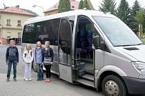 Autobus pro přespolní školáky jezdí zdarma.