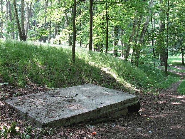 Studánku v parku zakrývá nevzhledný panel