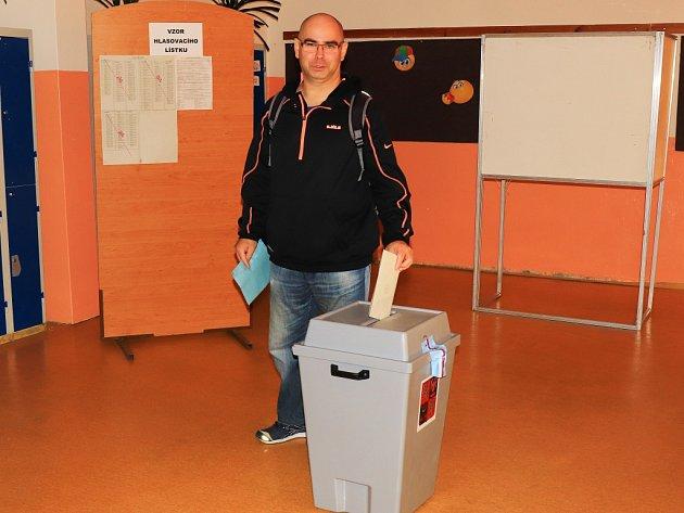 Volební místnost vzákladní škole ve Stráži pod Ralskem.