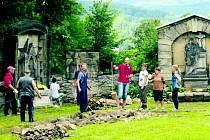 Dobrovolníci z Česka a Německa se sešli na starém hřbitově v Kamenickém Šenově se společným cílem.