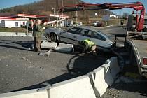 Provizorní kruhový objezd se už brzy změní. Na tomto místě skončilo v betonových zábranách mnoho aut.