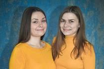 Učitelka Lucie Šubertová (na snímku vlevo) se sestrou