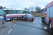 Nehoda autobusu a osobního auta zkomplikovala ve čtvrtek ráno dopravu u Doks.