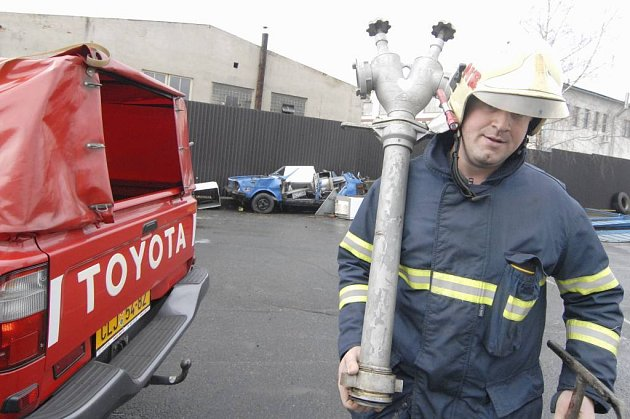 Novoborský hasič Pavel Štyndl vyzkoušel funkčnost hydrantu přímo v areálu hasičské zbrojnice