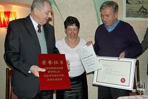 Víno na zdraví, kniha autorů Milana Šamánka (vpravo) a Zuzany Urbanové získala mezinárodní ocenění.