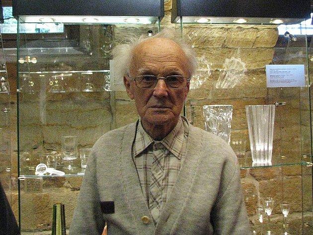 """Vlastimil Pospíchal vystavuje vše, čemu se během života naučil. """"Nenaučil jsem se jenom pít a kouřit,"""" říká vitální učitel, vynálezce a výtvarník. Jeho výstava potrvá do konce roku 2009."""