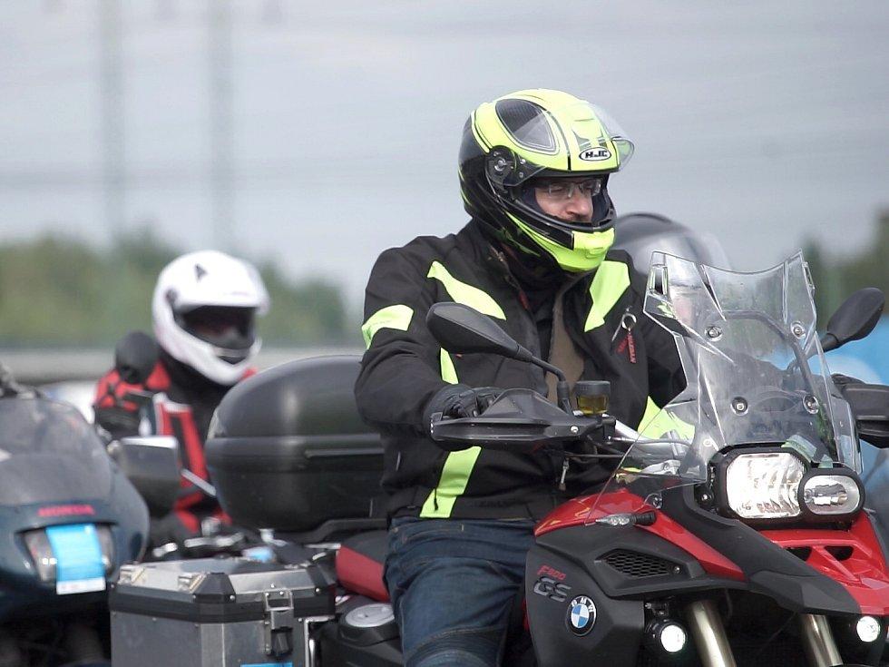 """Autodrom v Sosnové hostí kurzy """"Učme se přežít"""" od roku 2010 a prošly jimi už stovky motocyklistů."""