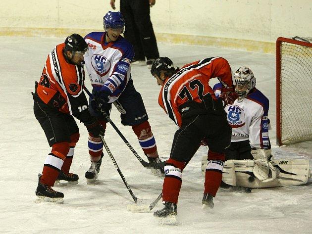 Hokejisti České Lípy (červené dresy) nezvládli v utkání s Varnsdorfem třetí třetinu, a i když už vedli 4:1, tak nakonec padli.