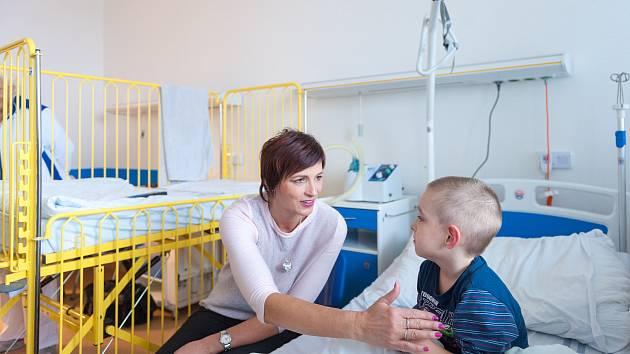 Starostka České Lípy Jitka Volfová předala 20. prosince dárky pacientům na dětském oddělení. Na snímku Michal Soustružník.