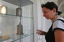 Na výstavě jsou k vidění především exponáty ze sbírek českolipského muzea, mimo jiné holby, talíře, mísy a konvice.