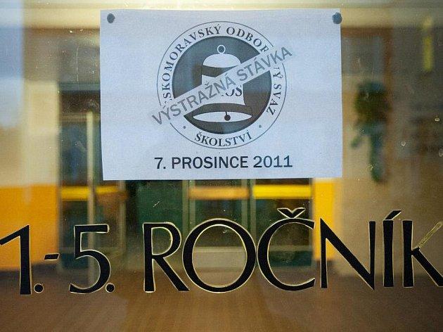 Zavřené dveře zůstaly ve středu ráno na ZŠ Lada v České Lípě. Zdejší učitelé se připojili k výstražné stávce.