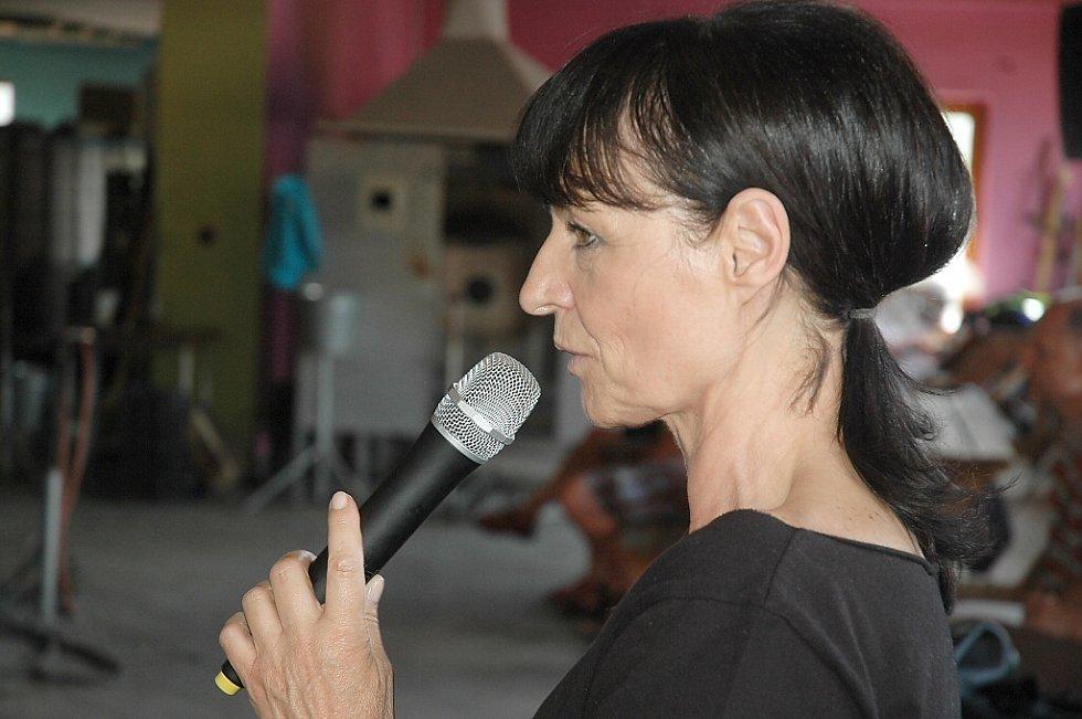 Liběna Rochová, jedna z nejrespektovanějších a nejúspěšnějších módních návrhářek, obohatila festivalové dění o workshop v lindavské sklárně Ajeto.