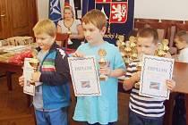 Stupně vítězů v kategorii šachistů do 8 let.