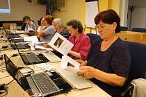 O týdenní bezplatný počítačový kurz pro seniory je velký zájem.