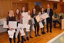 Celkem 25 žáků základních a středních škol převzalo ocenění Libereckého kraje za vynikající reprezentaci v soutěžích vyhlášených Ministerstvem školství, mládeže a tělovýchovy ČR ve školním roce 2017/2018.