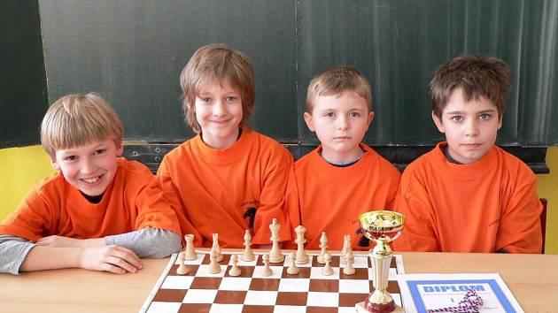 Vítězové krajského přeboru šachových družstev 1. stupně ze ZŠ Dr. Tyrše Matěj Štágl, Ludvík Kašpar, Jiří Liška a Jan Dalecký