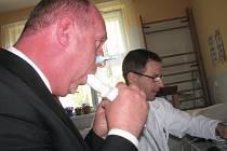 Hejtman Petr Skokan se při návštěv cvikovské léčebny respiračních nemocí nechal i vyšetřit.