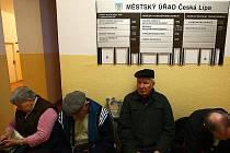 Dlouhé fronty lidí se kvůli schválené sociální reformě tvoří i na úřadě práce v České Lípě. Nejvíce převažují lidé s postižením, kteří žádají o příspěvek na mobilitu, hodně jich chodí také kvůli dávkám hmotné nouze.