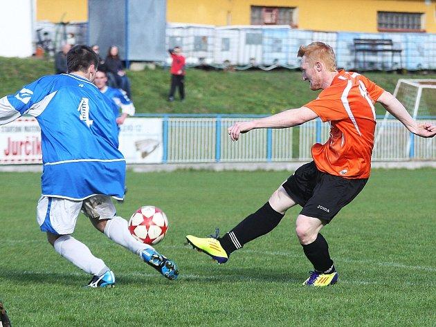 Patrik Semík (vpravo) dal v Bukovanech dva góly a výrazně tak přispěl k postupu Doks do dalšího kola krajského poháru.