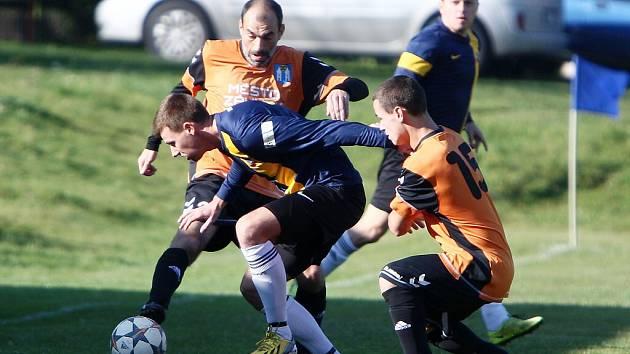 Holany - Zákupy 4:0. Samek s Vydrou se snaží zastavit průnik domácího Šandy.