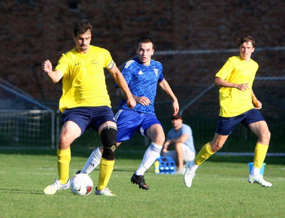 Lokomotiva Česká Lípa (žlutá) doma prohrála derby s Mimoní 1:4.