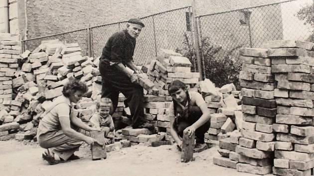 Na přelomu 50. a 60. letech se rozšiřovala budova Mateřské školy ve Cvikově. Jak probíhaly práce ukážeme v dalším díle našeho seriálu.