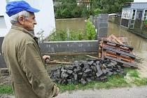 Obec Pertoltice u Mimoně, stejně jako řadu dalších, zasáhla druhá povodeň na řece Ploučnici. Lidé ještě nestačili dokončit úklid zkázy z první povodně ze 7. září a jejich domy a zahrady zasáhla další vzedmutá hladina řeky.