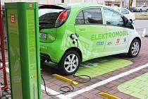 Má čtyři kola, volant i motor. Pro to, aby se rozjel, ale naftu ani benzin nepotřebuje. Elektromobil míří do Libereckého kraje.