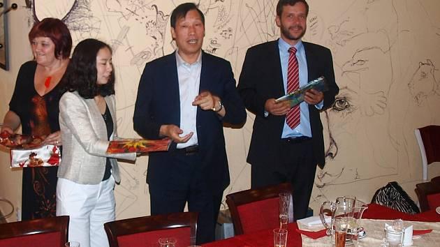 Českou republiku navštívila delegace z okresu Donghai, což je masivně se rozvíjející sklářská oblast v čínské provincii Jiangsu. Zastavili se i v Novém Boru.