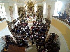 Zachráněný kostel v Prysku i jeho zcela nový oltář vysvětil za účasti mnoha významných hostů Mons. Jan Baxant, biskup litoměřický.