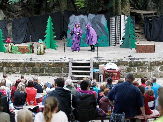 Lesní divadlo ve Sloupu v Čechách hraje každé úterý a pátek.