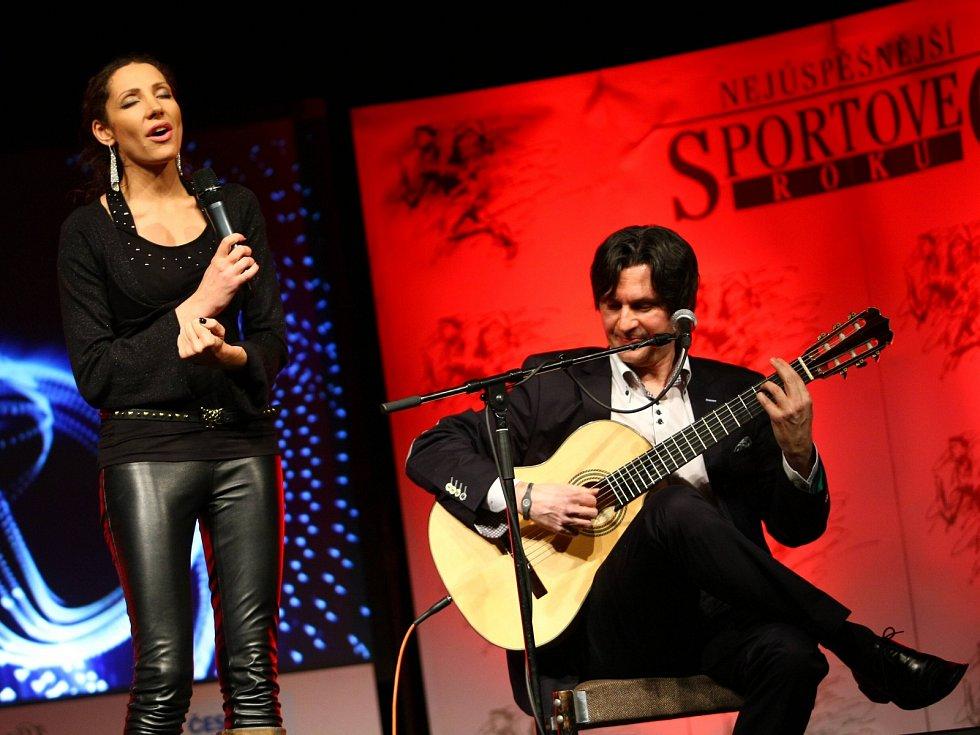 Zpěvačka Olga Lounová vystoupila sólově i společně s kytaristou Zoranem Gajičem.