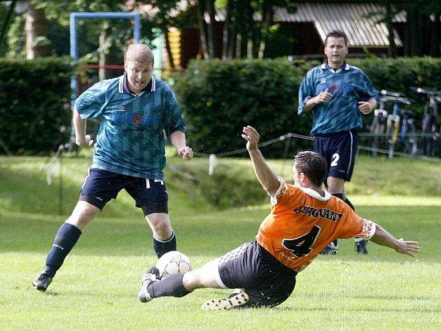 Bukovany nastřílely Starým Splavům osm gólů. Balvín sleduje, jak Najman zastavuje skluzem akci Samka.