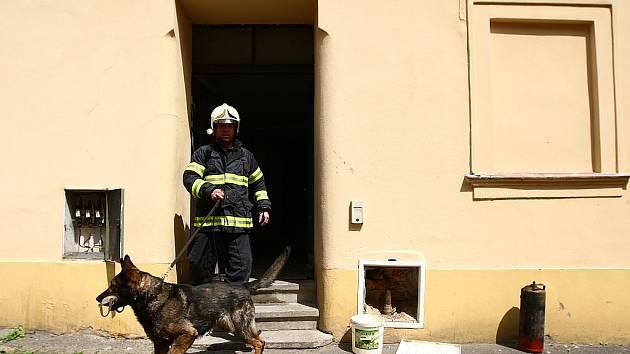 Z obytného domu v Jablonném museli v úterý hasiči před ohněm evakuovat 12 lidí, z toho tři děti.