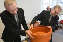 Sestavit potrubí si vyzkoušel i Milan Hruša, technický ředitel SČVaK a starosta Kamenického Šenova Jaroslav Andrysík.