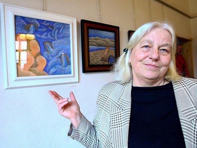 Brněnská výtvarnice Marie Plotěná vystavuje v novoborském kostele sv. Ducha v Arnultovicích.