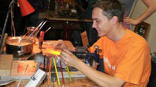 Skleněnou noc připravila pro návštěvníky střední průmyslová škola sklářská v Novém Boru.