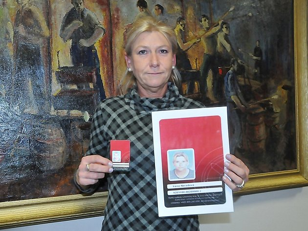 Jubilejní dvousettisícovou kartu si v novoborském infocentru vyzvedla Irena Neradová z Nového Boru.