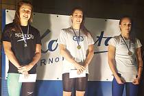 Medailová bilance Petry Chocové (uprostřed) na VC Brna  1. místo: 50 m prsa, 2. místa: 100 m prsa, 100 m polohový závod.