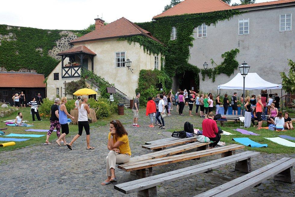 Vyznavači a příznivci oblíbeného cvičení, technik dýchání i meditace měli svůj den v areálu Vodního hradu Lipý v České Lípě.
