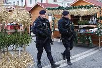 Policisté vyzbrojeni dlouhými zbraněmi monitorují situaci také na českolipském náměstí.