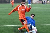 Hostující Žemlička se snaží zastavit průnik Müllera (v oranžovém).