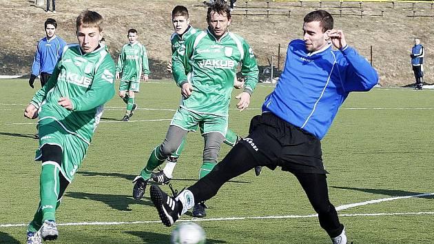 Sympatický výkon proti diviznímu favoritovi z Vilémova předvedli hráči Nového Boru (zelené dresy).  Novák se snaží zblokovat střelu Lebrušky.