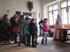 Legenda o sv. Martinovi v podání Princeznina pohádkového divadla přilákala na zámek do Horní Libchavy desítky lidí.