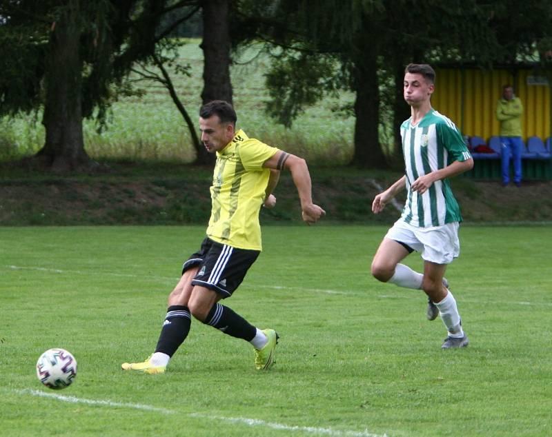 Kamenice (žlutá) - Rapid Liberec 4:2. Vašíček sledován Holasem zvyšuje na 2:1.